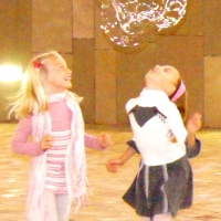 Les enfants s'amusent bien avec les bulles !