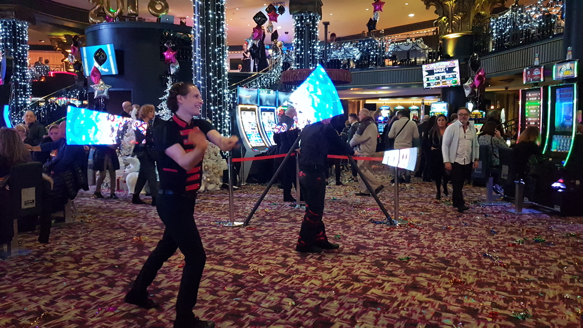 Duo jongleries LED dans un casino